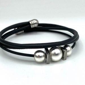 Bracelet caoutchouc, cuir et hématite perles blcnahes nacrées 1
